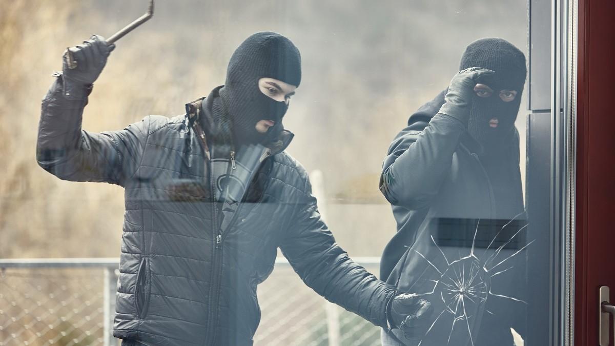 Inbrekers proberen ruit in te slaan